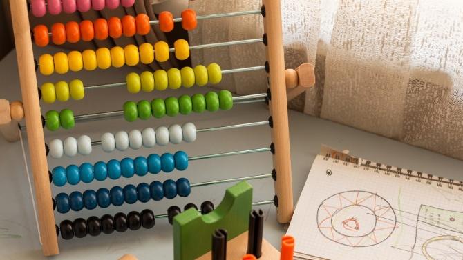 Учебни центрове на ръба на съществуването.Школите за обучение на ученици