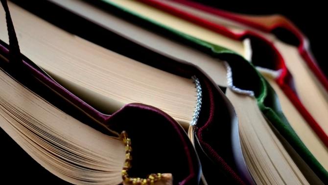 Много френски книжарници бяха частично отворени през последните седмици, след