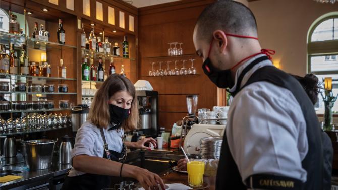 Чехите днес отново се върнаха в ресторантите, а децатав училищата