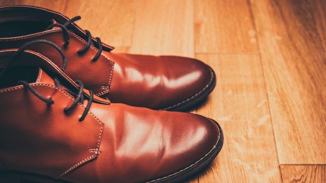 Румънски обущар направи обувки 70-ти номер, за да се спазва дистанция