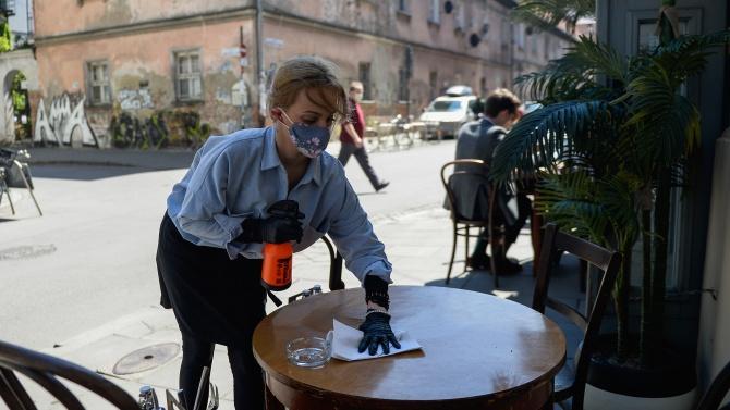 Броят на заболелите от Ковид-19 в Полша постепенно намалява, но