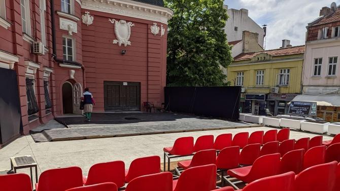 """Варненският театър """"Стоян Бъчваров"""" обособи открита сцена на гърба на"""