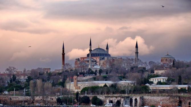Джамиите в Турция днес отварят отново врати за традиционната колективна