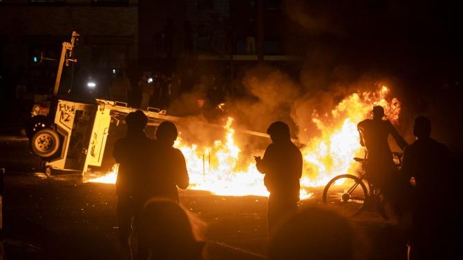 Протестиращи са подпалили полицейски участък в американския град Минеаполис (щата