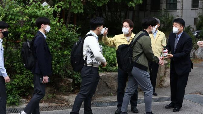 Сеул ограничава броя на учениците в училищата след появата на нови вирусни огнища