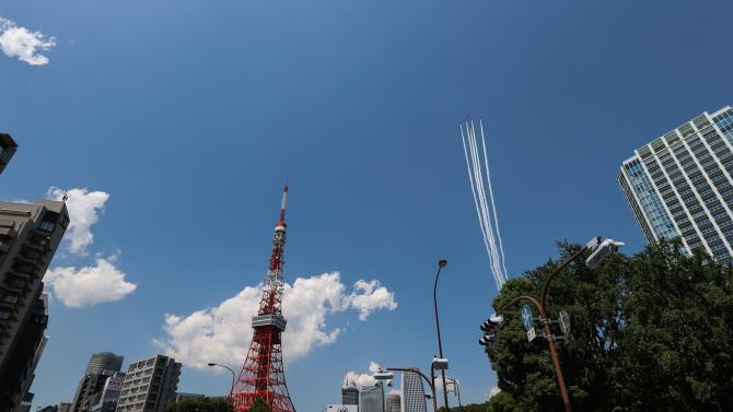 Японските военновъздушни сили прелетяха над Токио, за да поздравят медиците