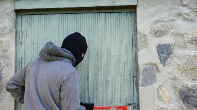 Собственици на апартамент заключиха крадец на терасата си