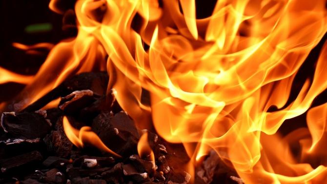 Голям пожар избухна в частна борса за плодове и зеленчуци