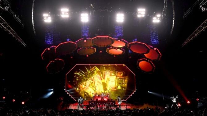 Почина китаристът на група Kiss