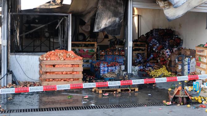 Четирима са задържани за пожара в зеленчуковата борса в село