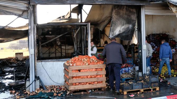 Потушиха огенената стихия в зеленчуковата борса, има пострадали