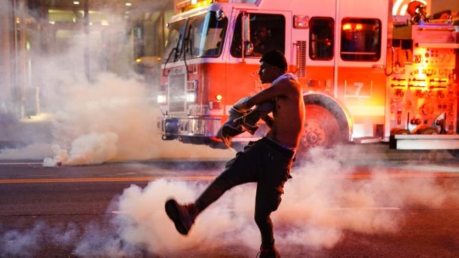 Наложиха полицейски час след пета нощ на ожесточени сблъсъци в САЩ