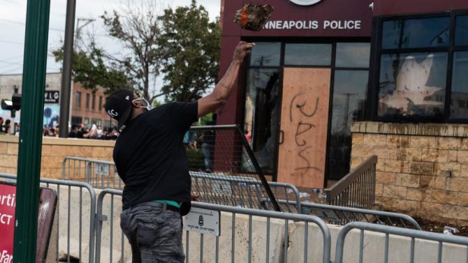 Вълната от протести и насилие в САЩ не стихва! Разбиха полицейски участък в град Фъргюсън