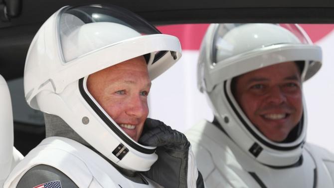 Двамата американски астронавти от НАСА Дъг Хърли и Боб Бенкен