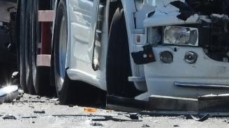 Жестока катастрофа между ТИР и кола,  мъж загина на място