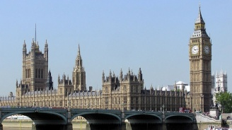Главният съветник на британския премиер не съжалява за пътуването си, няма да подава оставка