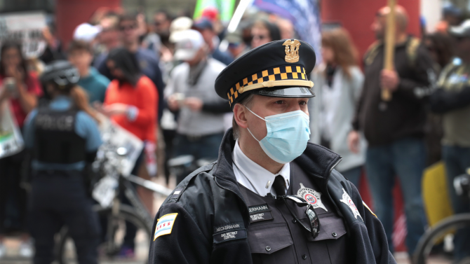 Един човек е загинал, петима са получили огнестрелни рани по време на протестите в Чикаго
