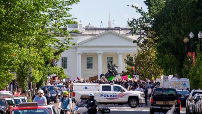 Кметът на Вашингтон Мюриъл Баузър обяви, че въвежда полицейски час
