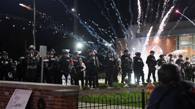 """""""Полицията използва сълзотворен газ, докато около Белия дом горяха пожари"""","""