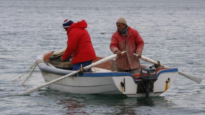 Служители на Националната служба за охрана спасиха двама бедстващи рибари