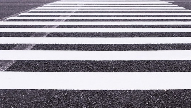 Автобус помете  мъж на пешеходна пътека
