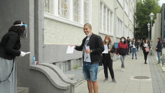 Бургаските зрелостници изпълниха училищните дворове днес за първи път, след