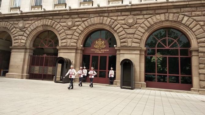Извършва се тържествена смяна на почетния гвардейски караул пред Президентството