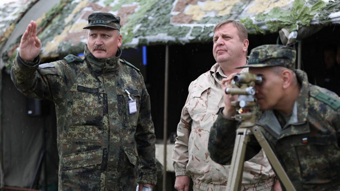 Министър Каракачанов изгледа демонстративните стрелби на курсанти от НВУ