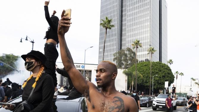 Гардиън: Борбата с расизма изисква повече от хаштагове