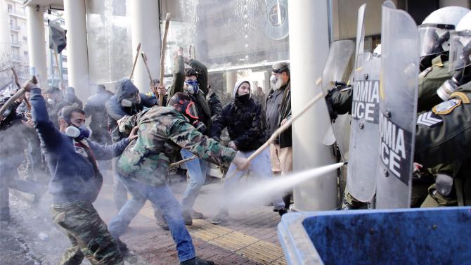 Гръцката полиция е задържала 12 анархисти за участие в безредиците,