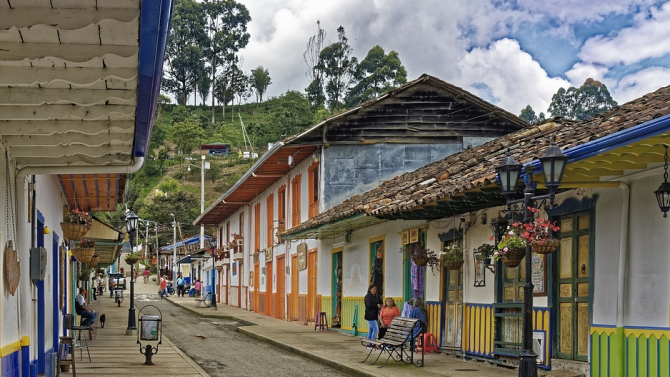 Реномирани ресторанти сервират храна на бедни в Колумбия, поставени под карантина