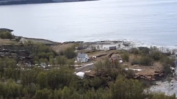 Мощно свлачище в Норвегия отнесе осем къщи в морето