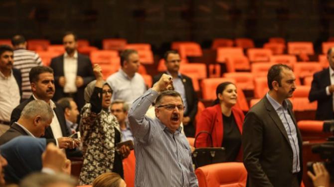 Двама депутати от прокюрдската Демократична партия на народите и един