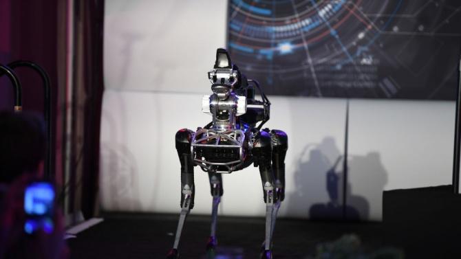 В тайландски мол куче-робот раздава спиртен гел за дезинфекция на