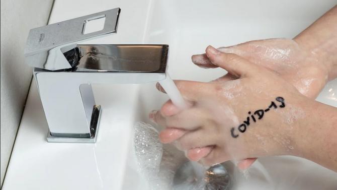 Коронавирусът оцелява върху кожата на ръцете около десет минути