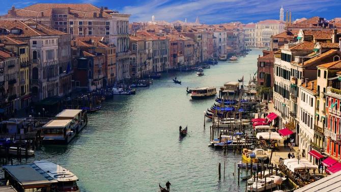Необичайно висок прилив наводни част от Венеция