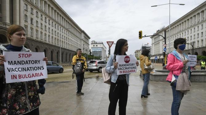 Два протеста събраха малцина в центъра на столицата