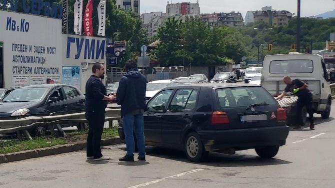 Кола се заби в мантинела на столичен булевард
