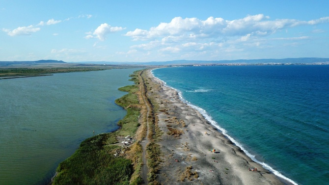 """Почистват поморийския плаж """"Ивицата"""""""