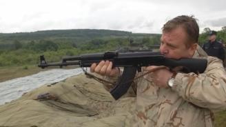 Каракачанов демонстрира уменията си по стрелба с