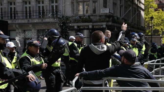Британската полиция помоли демонстрантите срещу расизма да се движат по