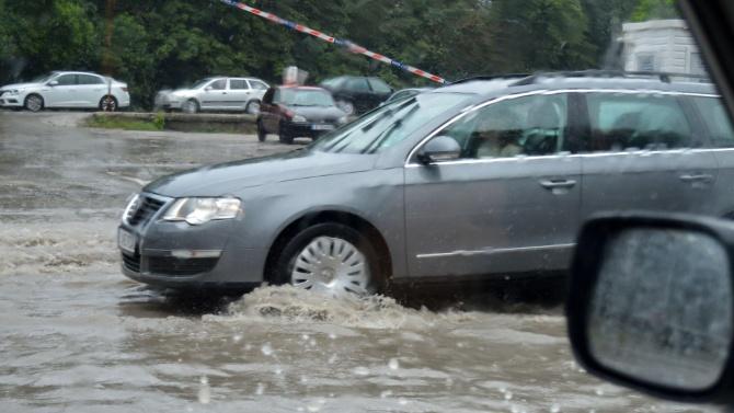 Пороен дъжд наводни улиците във Варна