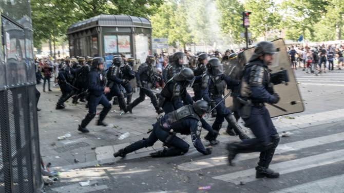 Френските власти изпратиха днес подкрепление от около 100 жандармеристи в