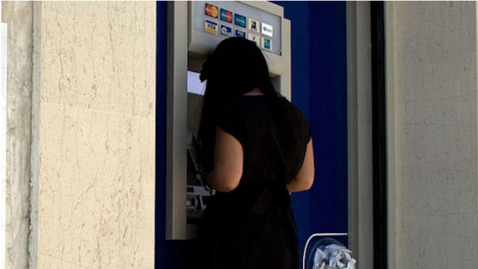Медицинска сестра от Варна теглила пари от дебитната карта на пациент след смъртта му