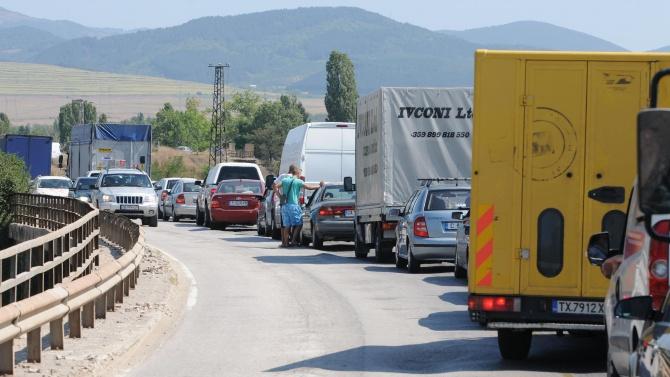 И днес се извиха километрични колони от автомобили на границата с Гърция