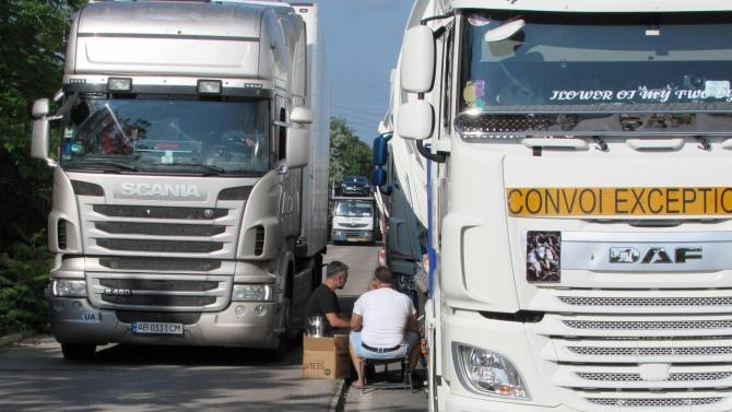 Колони от тирове блокираха движението към Дунав мост в Русе