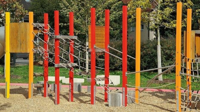 Община Троян и местни мебелопроизводители ремонтират детските площадки в града