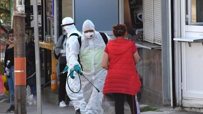 Дезинфекция на улиците и терените около обществените сгради се извършва