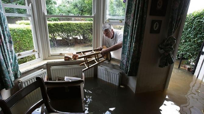 Проливен дъжд е наводнил дворовете и мазетата на десетина къщи