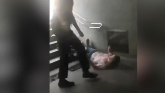 Служители по охраната на метрото в Барселона едва не убиха